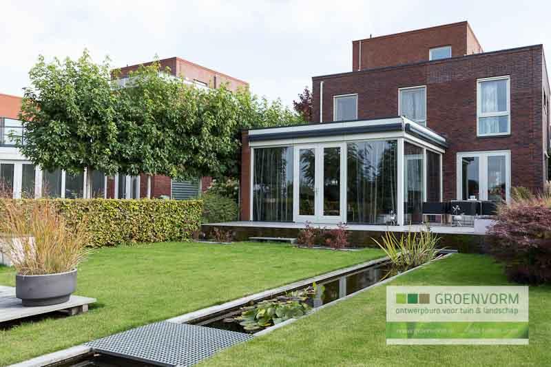 Waterlijn als eigen rak groenvorm tuinontwerp - Weergaven tuin lange ...